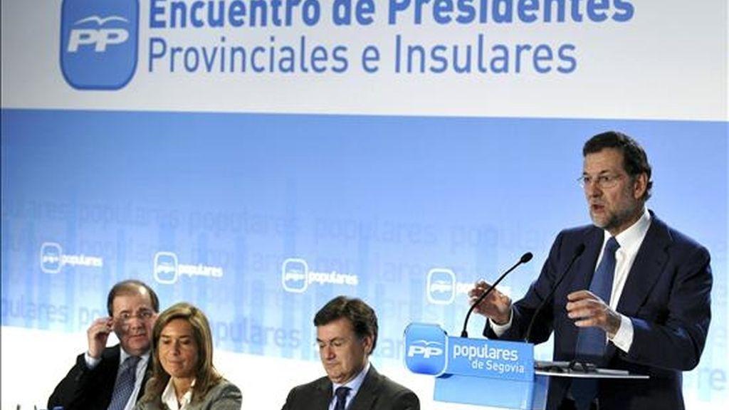 El presidente del PP, Mariano Rajoy (d), durante su intervención hoy en Segovia en la clausura del IV Encuentro de Presidentes Provinciales e Insulares del Partido Popular, que abordó asuntos relacionados con las próximas elecciones municipales y autonómicas. EFE