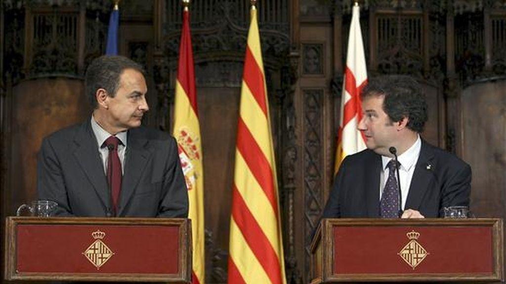 El presidente del Gobierno, José Luis Rodríguez Zapatero (i), junto al alcalde de Barcelona, Jordi Hereu, durante la rueda de prensa posterior a la reunión que ha mantenido esta tarde en el Ayuntamiento de Barcelona con los alcaldes catalanes del PSC de poblaciones de más de 50.000 habitantes. EFE