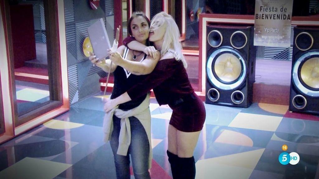 Daniela y Elettra, dos sensuales mujeres y un juego que... ¿se les irá de las manos?