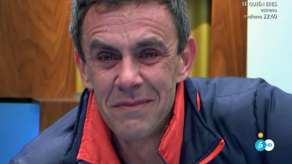 Alonso Caparrós llora desconsoladamente al escuchar una canción de su padre
