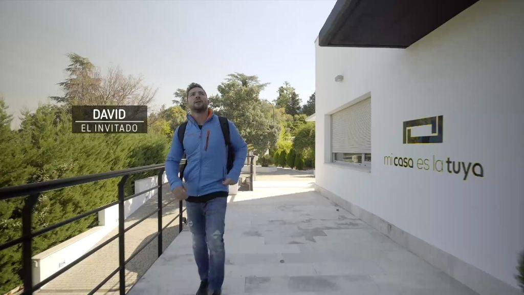 Bisbal llega en bicicleta a una posible casa de Bertín Osborne