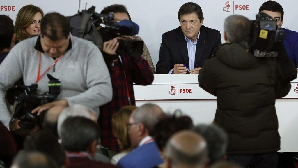 El presidente de la gestora del PSOE, Javier Fernández, al inicio de la reunión del Comité Federal del PSOE