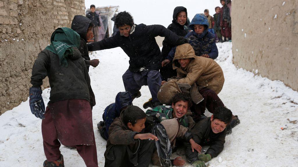 La nieve revoluciona a los pequeños de Afganistán