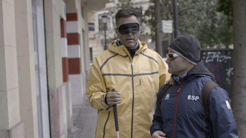 Rafa Lomana experimenta unos minutos la dificultad de caminar a ciegas