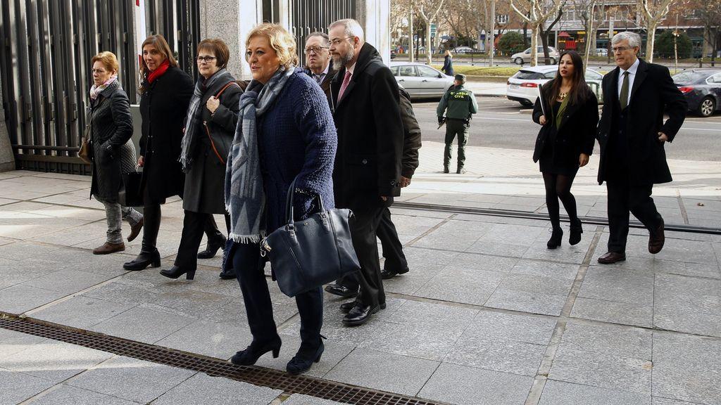 Los familiares de las víctimas del Yak 42 llegan al ministerio de Defensa