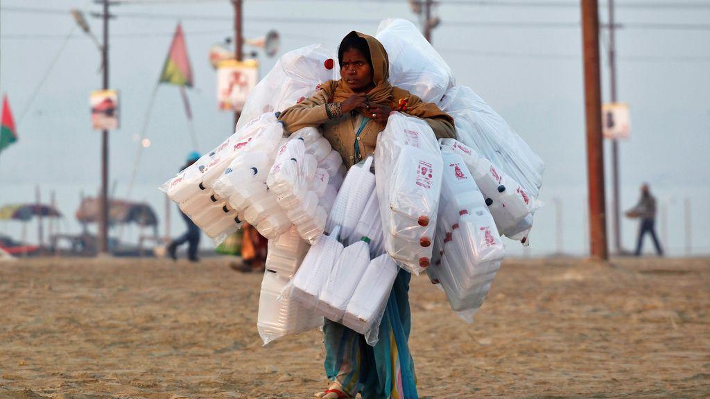 Vendedora de envases de plástico en la India