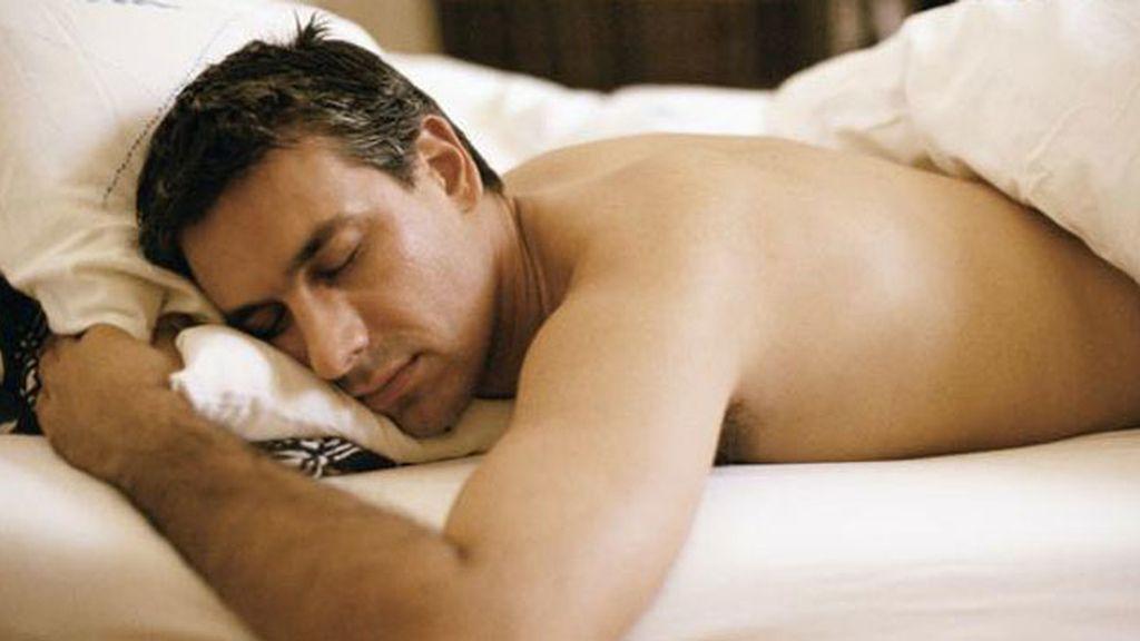 hombre durmiendo cama,