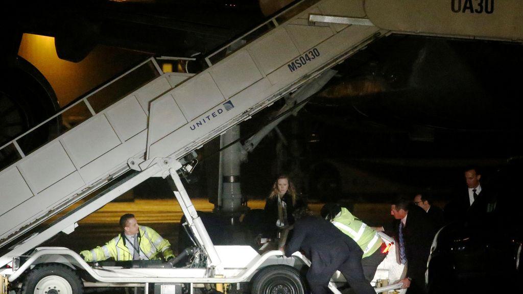 El Servicio Secreto ayudando a los operarios del aeropuerto