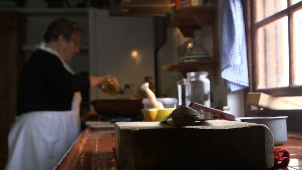 Calleja conoce los secretos de la caldereta de langosta con el cocinero Koldo Royo