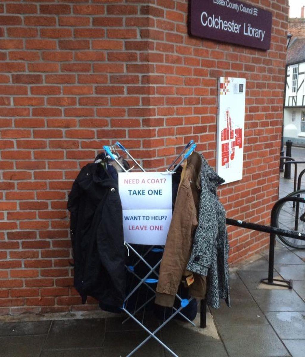 Solidaria iniciativa de intercambio de abrigos para ayudar a personas sin hogar
