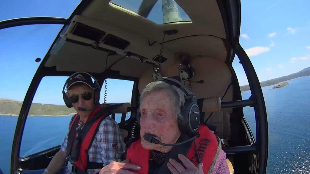 Jesús Calleja recorre la costa de Menorca en helicóptero con la abuela de Fornell