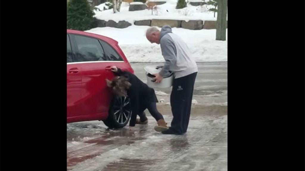 La risa de una madre al ver a su hija resbalar en el hielo se convierte en viral