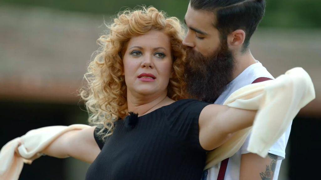 Sandra saca su lado más romántico con una escena de amor a lo 'Titanic'