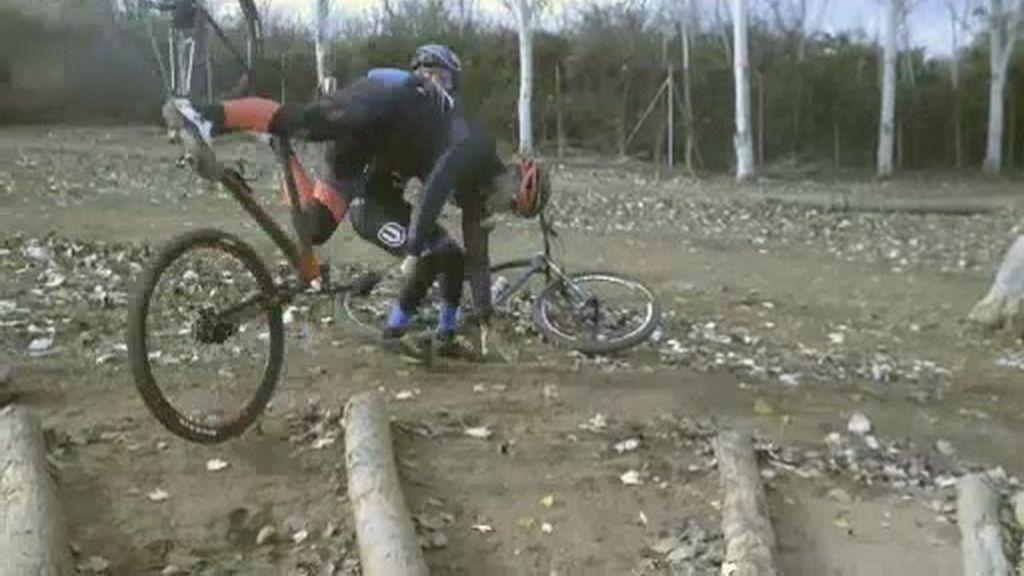 Lomana prueba la dureza de un circuito de Mountain Bike de la mano de Carlos Coloma
