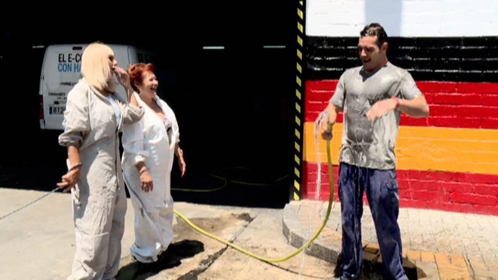 Isaac se pega un manguerazo.. y a Susi y a Moni les entran los calores