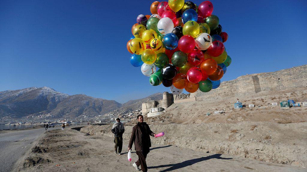 Unos globos coloridos por el corazón de Kabul