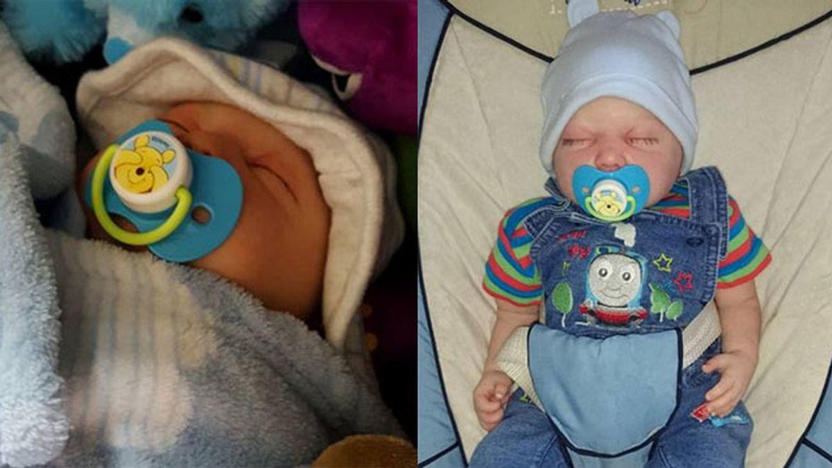Una pareja británica cría a un muñeco como a un bebé