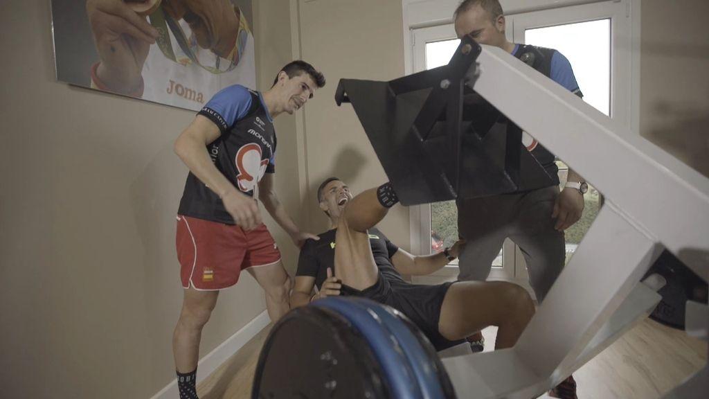 Rafa Lomana prueba el entrenamiento de Carlos Coloma: ¡200 kilos en cada pierna!