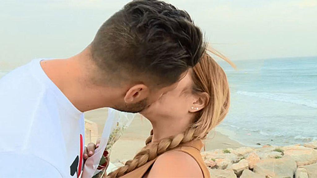 Adrián y Neus, besos y rosas a la orilla del mar en 'Amores Perros'