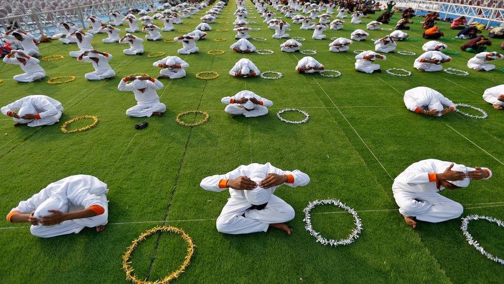 Una clase de yoga en India