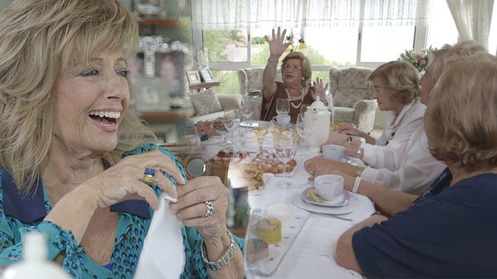 ¡Mª Teresa Campos se troncha de risa cuando su amiga imita a Esperanza Gracia!