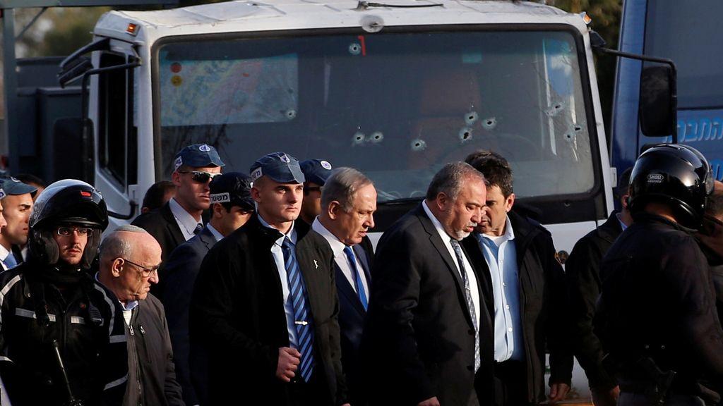 El primer ministro israelí Benjamin Netanyahu y el ministro de Defensa Avigdor Lieberman visitan la escena donde la policía dijo que un palestino apisonó su camión en un grupo de soldados israelíes en un paseo popular en Jerusalén