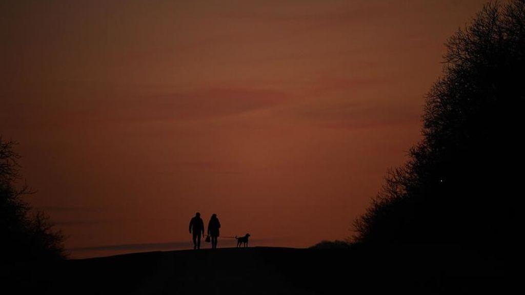 Pareja frente a la puesta de sol