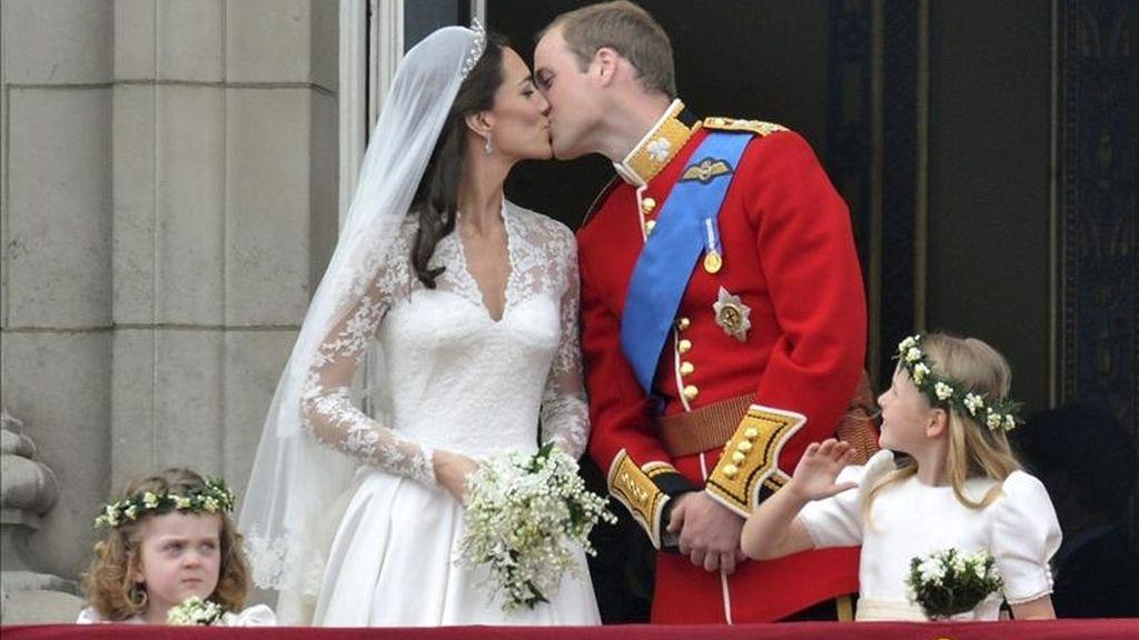 El príncipe Guillermo y su esposa Catalina, duques de Cambridge, sellan su matrimonio con un beso en el balcón del palacio de Buckingham, en Londres (Reino Unido), hoy, viernes 29 de abril de 2011, tras su boda, celebrada en la abadía de Westminster. EFE