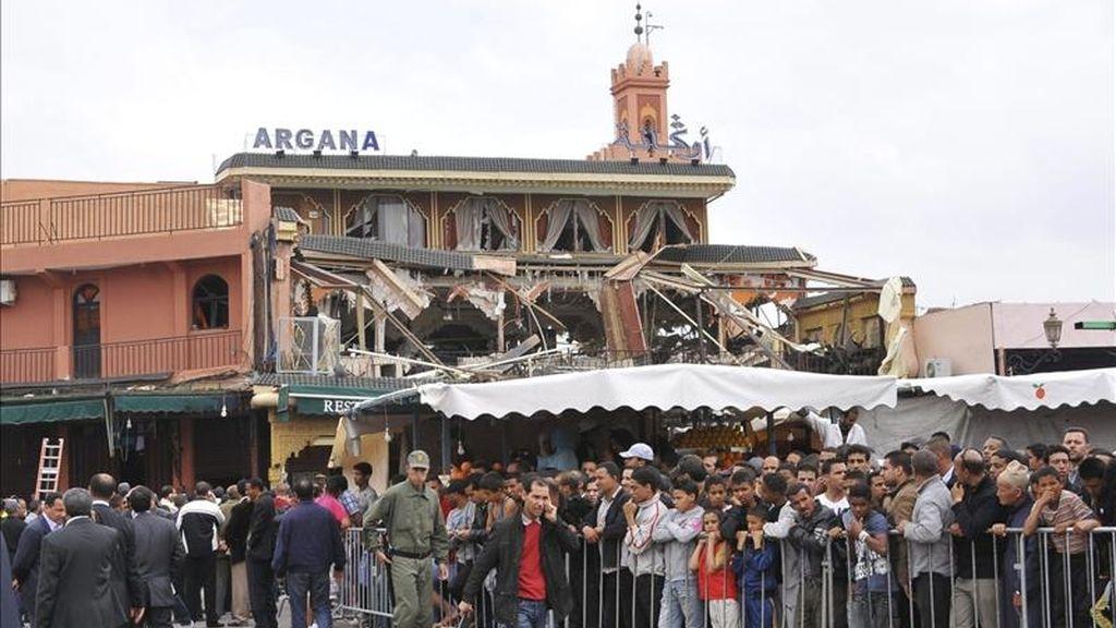 Numerosas personas se concentran en el lugar del atentado registrado en el café Argana de la plaza Yemá el Fna de Marraquech, Marruecos, el 28 de abril de 2011. EFE