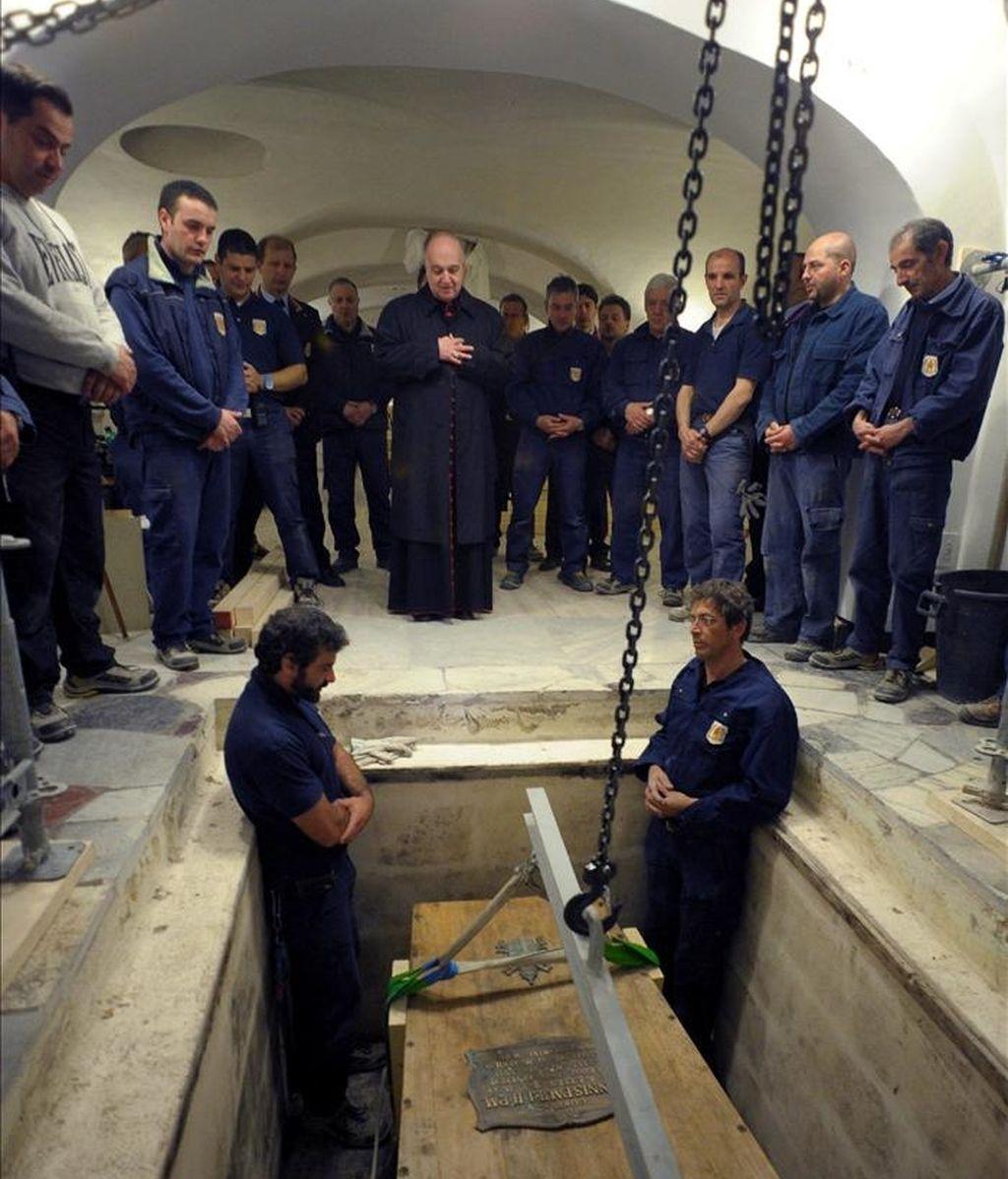 El féretro con el cuerpo del Papa Juan Pablo II, exhumado en el Vaticano antes de su beatificación el próximo 1 de mayo de 2011. EFE