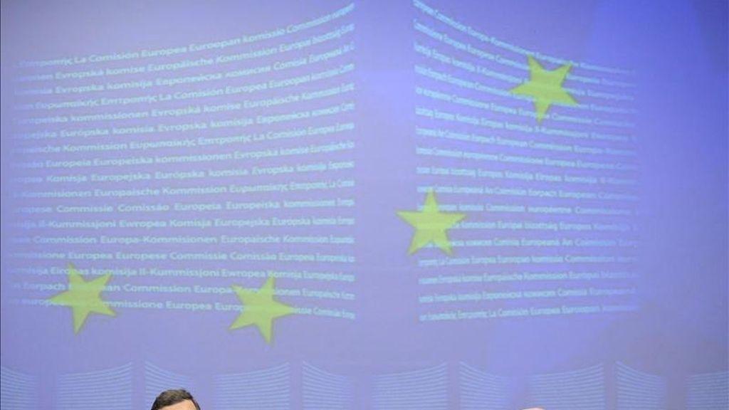 El presidente de la Comisión Europea, el portugués Jose Manuel Durao Barroso (i), y el responsable europeo de Asuntos Económicos y Monetarios, Joaquín Almunia, durante una rueda de prensa en Bruselas, Bélgica. EFE/Archivo