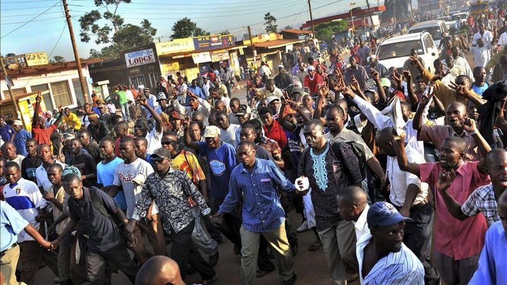 Al menos dos personas han muerto y un centenar resultaron heridas en enfrentamientos entre la Policía y manifestantes en la capital ugandesa, Kampala, que protestaban por la violenta detención de ayer del líder opositor, Kizza Besygie, según cifras del Gobierno de Uganda. Vídeo: Atlas.