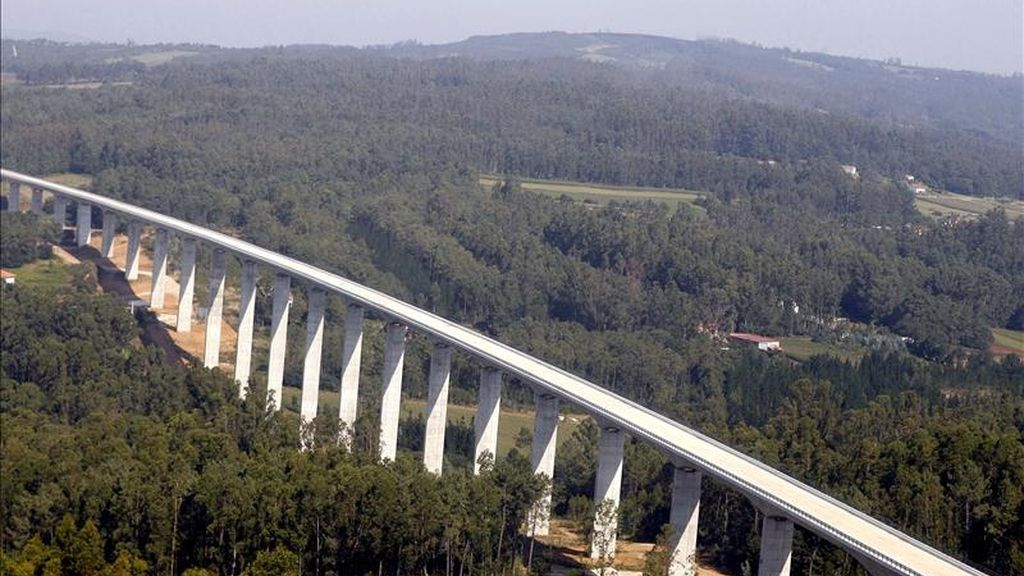 El Ministerio de Fomento ha licitado, a través del administrador de infraestructuras ferroviarias Adif, los contratos de las obras para la conexión de la alta velocidad entre Madrid y Galicia por un importe de 2.332,5 millones de euros. EFE/Archivo