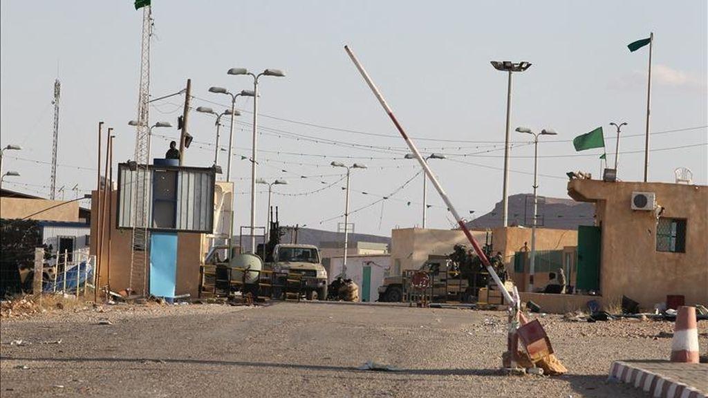Vista general del cruce fronterizo entre Libia y Túnez ayer jueves 28 de abril, después de que fuerzas leales al líder libio Muamar el Gadafi retomaran el control de este lugar. EFE