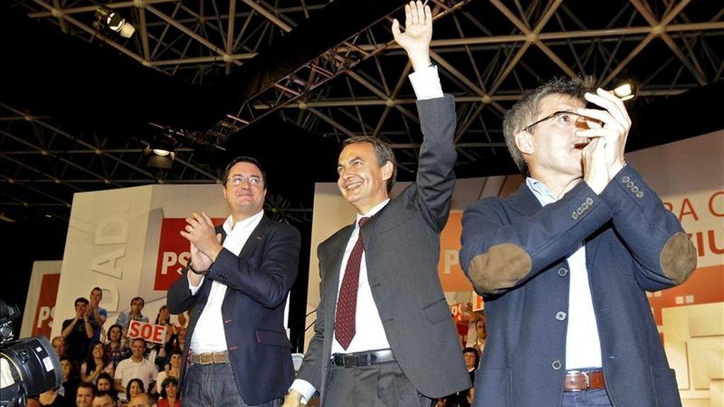 El presidente del Gobierno y secretario general del PSOE José Luis Rodriguez Zapatero (c), acompañado por el candidato a la Junta, Oscar López (i), y Francisco Fernandez (d), candidato al ayuntamiento de León, durante el primer mitín de la campaña para las elecciones municipales y autonómicas celebrado esta tarde en León. EFE