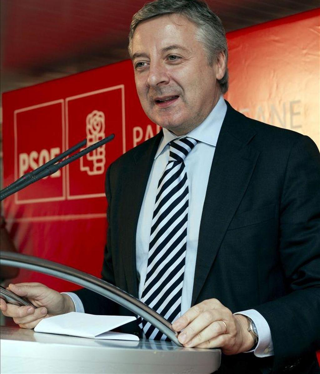El vicesecretario general del PSOE, José Blanco, durante su intervención en el mitin electoral que se ha celebrado esta tarde en El Arenal, de la localidad mallorquina de Llucmajor. EFE