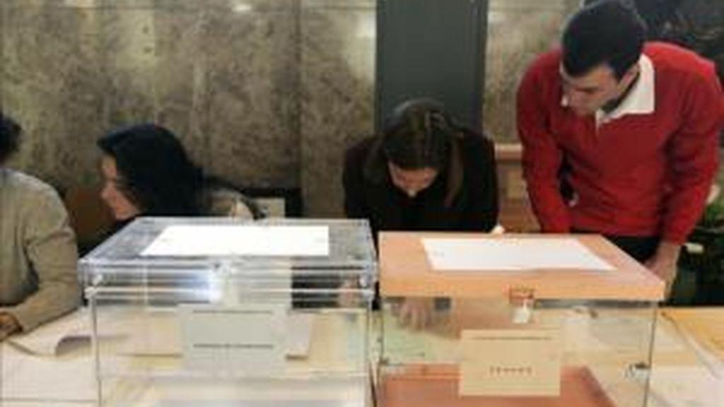 Constitución de una mesa electoral en un colegio de Madrid. EFE/Archivo
