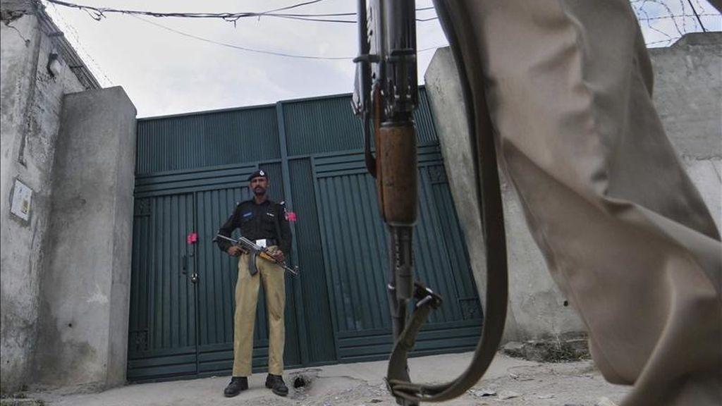 Varios policías vigilan la puerta precintada de la casa de la localidad paquistaní de Abbottabad donde el lunes murió Osama Bin Laden, en una operación militar estadounidense. EFE
