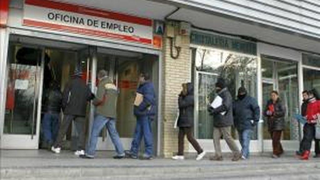 Gente haciendo cola para entrar en una oficina de empleo en Madrid. EFE/Archivo