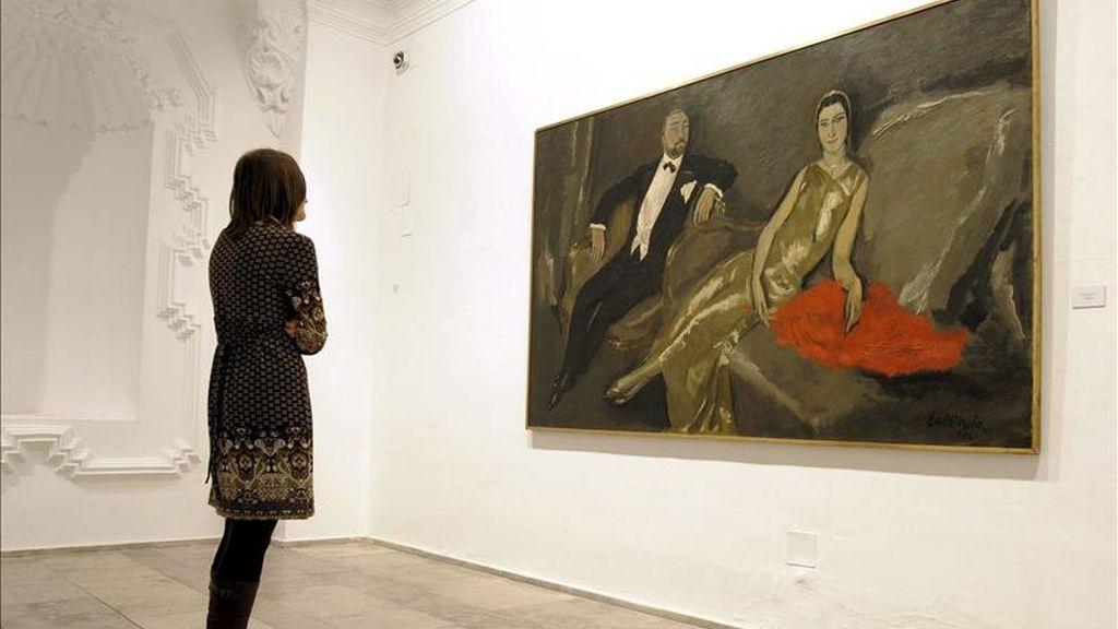 """Una mujer observa una obra durante la exposición del pintor Eduardo García Benito, conocido como ilustrador de las revistas """"Vogue"""" y """"Vanity Fair"""", que ha sido inaugurada hoy en la sala de exposiciones del Museo de la Pasión de Valladolid. EFE"""
