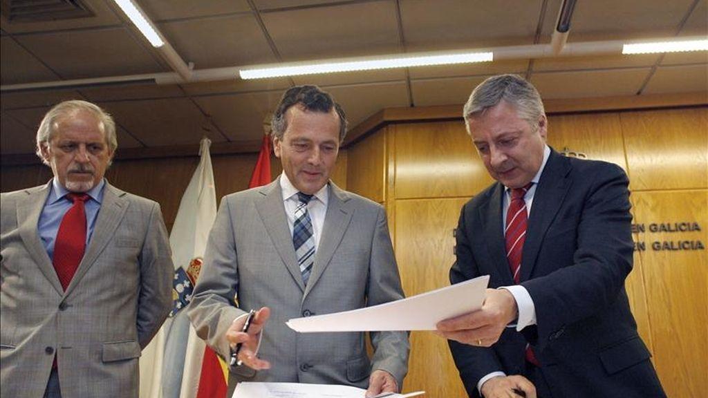 El ministro de Fomento, José Blanco (d), y el conselleiro de Medio Ambiente, Territorio e Infraestruturas, Agustín Hernández (c), durante la firma del acuerdo que permitirá la rehabilitación de unas 1.750 viviendas en el marco del Plan Estatal de Vivienda y Rehabilitación 2009-2012, acto en el que también estuvo presente el delegado del Gobierno en Galicia, Miguel Cortizo (i). EFE