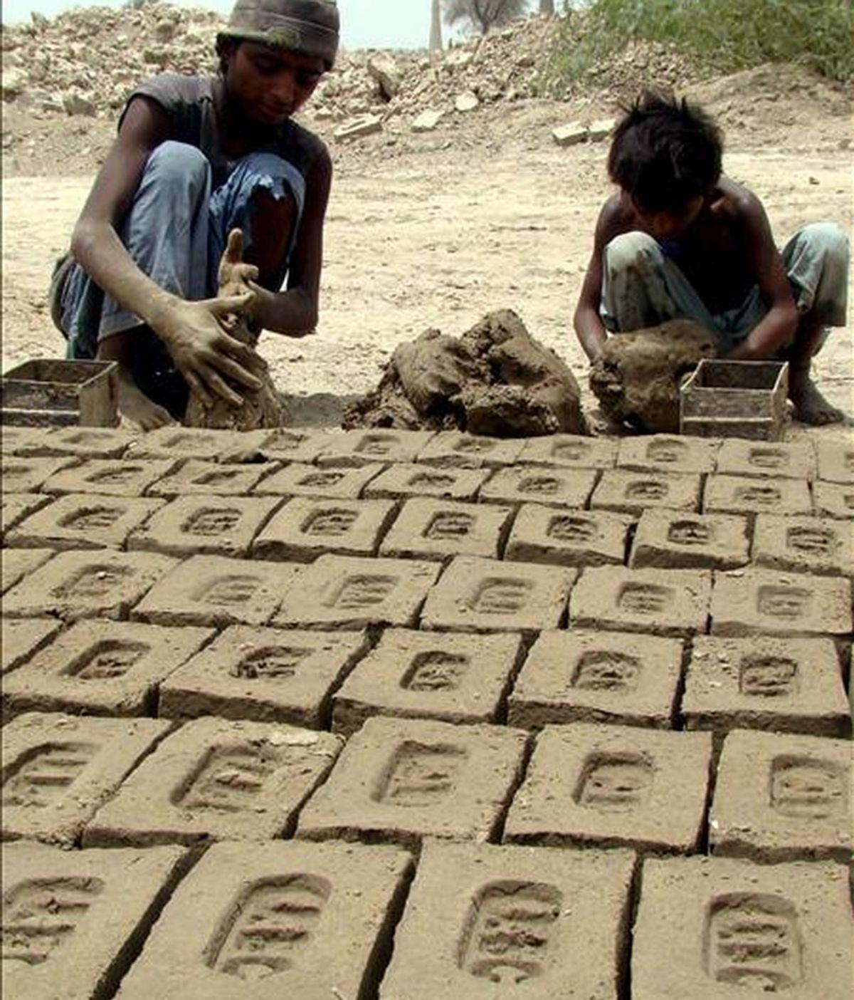 Dos niños paquistaníes trabajan en una fábrica de ladrillos a las afueras de Hyderabad, Pakistán. EFE/Archivo