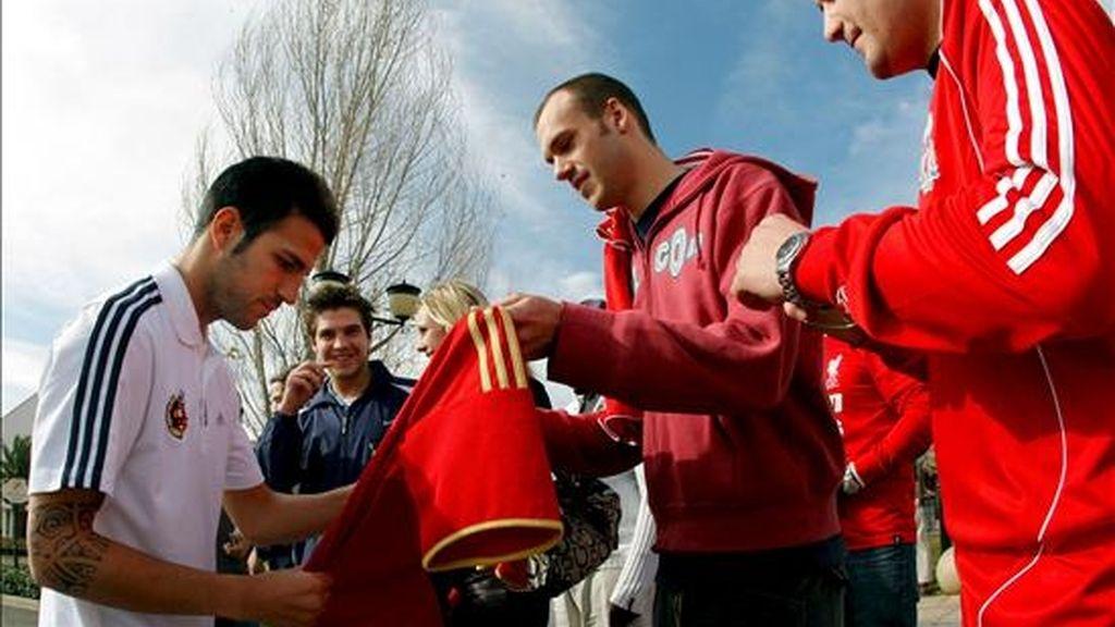 El centrocampista de la selección española Cesc Fábregas (i) firma autógrafos a varios aficionados a las puertas del hotel de concentración situado en la ciudad de Bloemfonteim, sede de los dos próximos partidos del combinado español en la Copa Confederaciones que se disputa en Sudáfrica. EFE
