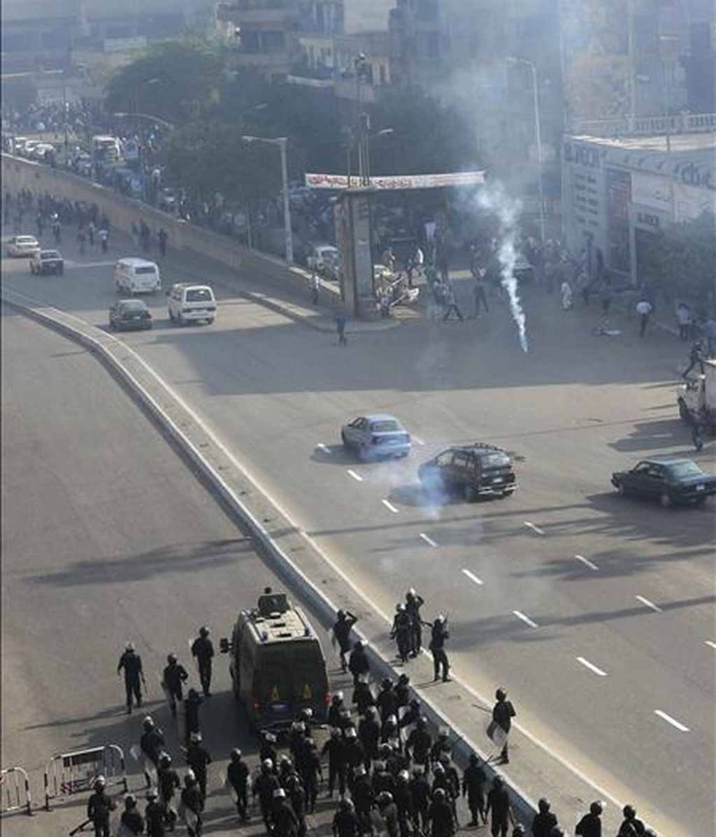 Policías egipcios lanzan gases lacrimógenos durante un enfrentamiento con coptos cristianos egipcios en el barrio de Giza, en El Cairo. EFE