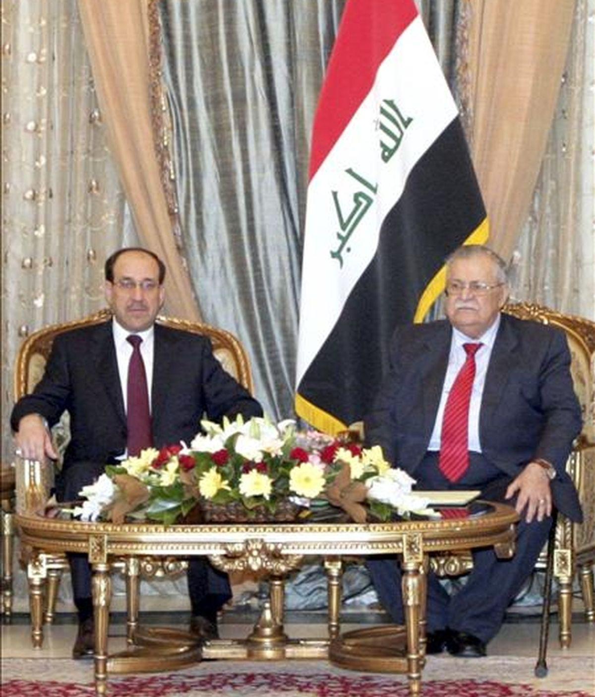 Imagen facilitada por el gobierno de Irak el pasado 25 de noviembre que muestra al presidente iraquí, Jalal Talabani, (d), junto al primer ministro Nuri al-Maliki, (i), durante la ceremonia oficial para asignar los nuevos cargos del gobierno de Maliki. EFE/Archivo