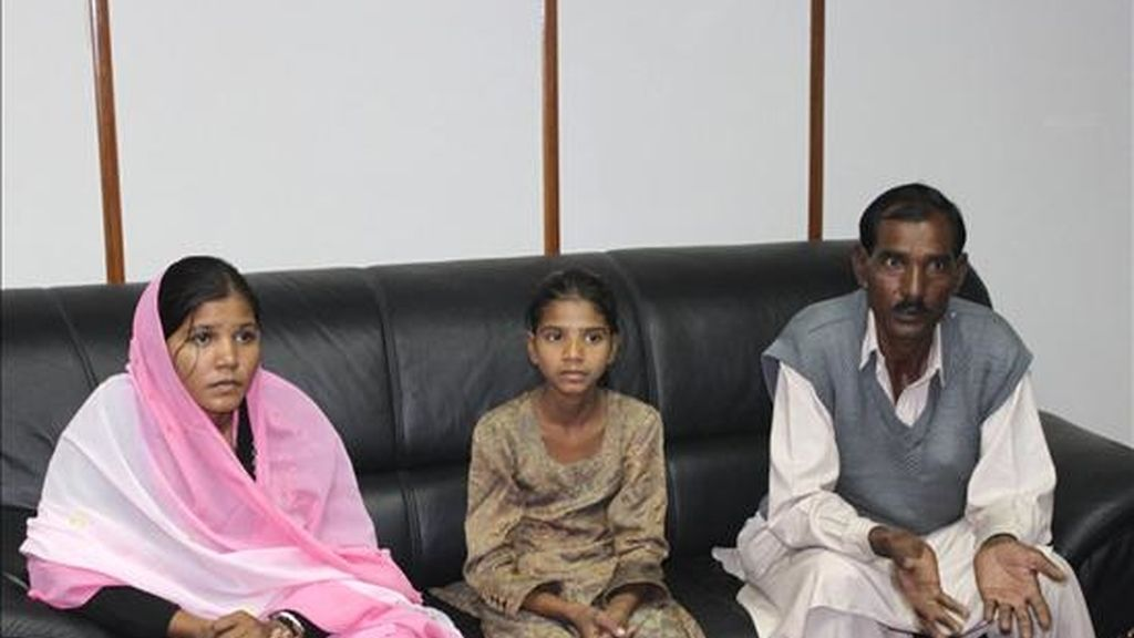 Ashiq Masih (d), el marido de la cristiana condenada a muerte por supuesta blasfemia en Pakistán, Asia Bibi, acompañado por dos de sus hijas, Sidra (i), de 18 años, y Esham, de 9. EFE