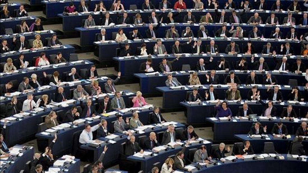 Los eurodiputados votando durante la sesión plenaria mensual del Parlamento Europeo celebrada este miércoles en Estrasburgo (Francia). EFE