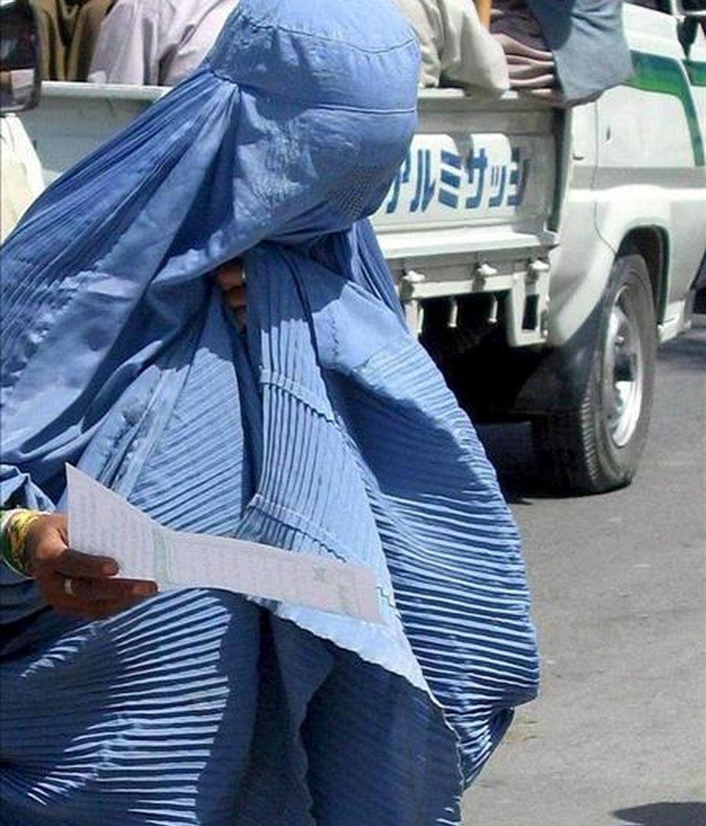 En la imagen, una mujer ataviada con un burka pasea por una calle de Kandahar, en Afganistán. EFE/Archivo