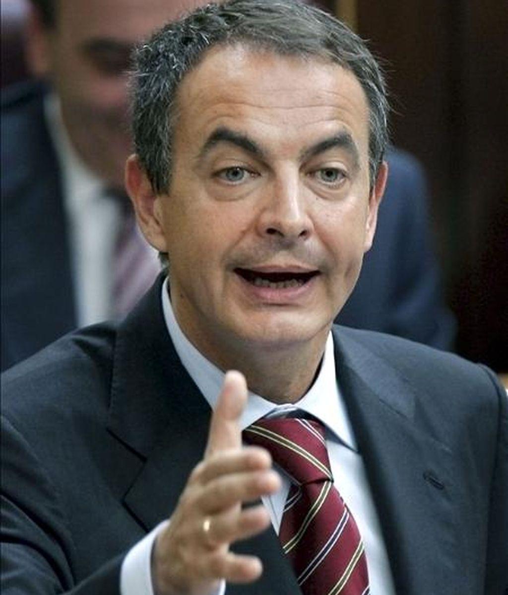 El presidente del Gobierno, José Luis Rodríguez Zapatero, responde a una pregunta durante la sesión de control al Ejecutivo, hoy en el pleno del Congreso de los Diputados. EFE