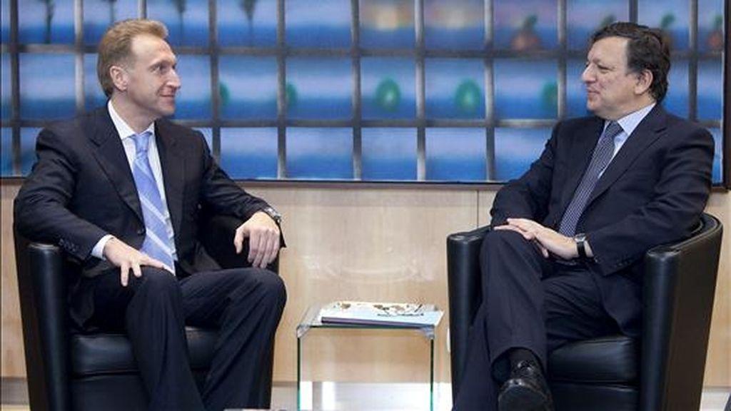 El viceprimer ministro de Rusia, Igor Shuvalov (izda), conversa con el presidente de la Comisión Europea, José Manuel Durao Barroso, durante la reunión que han mantenido en la sede de la Unión Europea de Bruselas, Bélgica, el 24 de noviembre de 2010. EFE